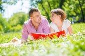 Joven pareja romántica — Foto de Stock