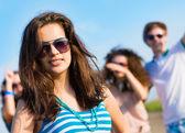 Elegante jovem em óculos de sol — Fotografia Stock