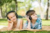 Crianças usando fones de ouvido — Fotografia Stock