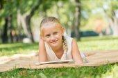 孩子在公园里躺在毯子上 — 图库照片