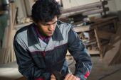 年轻木匠在工作 — 图库照片