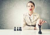 Business woman playing chess — Stock Photo