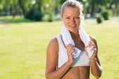 Atraktivní žena s bílým ručníkem — Stock fotografie