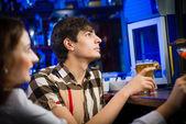 Młody mężczyzna w barze — Zdjęcie stockowe