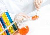 Kobieta naukowiec ręce testów — Zdjęcie stockowe