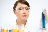 Atraente feminina cientista fazendo testes — Fotografia Stock