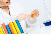Scienziato femminile mani facendo test — Foto Stock