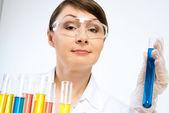 Aantrekkelijke vrouwelijke wetenschapper waardoor tests — Stockfoto