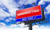 Remarketing nápis na červené Billboard. — Stock fotografie