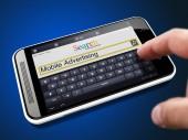 Búsqueda de publicidad móvil en Internet por teléfono — Foto de Stock