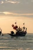 小船在日落时 — 图库照片