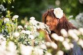 Urocze panienki z pięknym uśmiechem pachnie gałąź kwiaty wiosną ogród pełen kwiatów biały — Zdjęcie stockowe