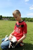 Dospívající chlapec v parku — Stock fotografie