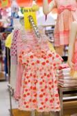 Mädchen Kleid auf Kleiderbügeln — Stockfoto