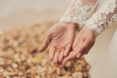 Wedding rings on hands of bride — Stock Photo