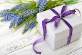 Gift box with hyacinth — ストック写真