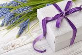 Sümbül hediye kutusu ile buket — Stok fotoğraf
