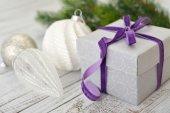 Confezione regalo con nastro viola — Foto Stock