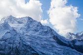 Bulutlar dağ zirveleri — Stok fotoğraf