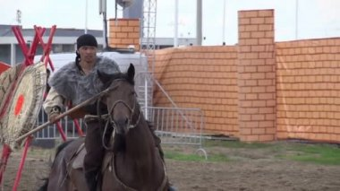 Two riders imitate medieval duel on spears — Stock Video