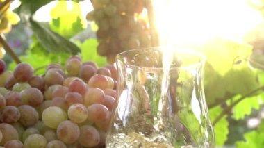 Druivensap is gegoten uit een kruik in een glas — Stockvideo