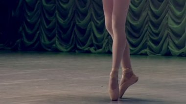 Ballerina shows classic ballet pas. — Stock Video
