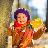 Happy little girl playing in the autumn park — 图库照片