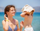 Mother and little daughter on the beach — Stock Photo