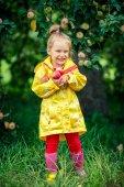 Klein meisje in de tuin van apple — Stockfoto