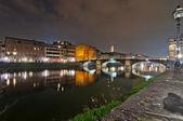 River Arno and Ponte Vecchio night view in Florence — Foto de Stock
