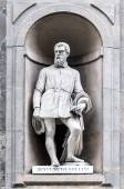 Statue of Benvenuto Cellini in Uffizi Alley in Florence, Italy — Stock Photo