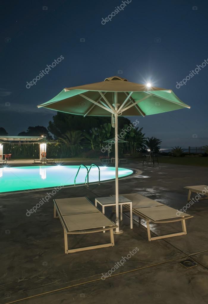 Piscina hamacas y sombrillas en la noche fotos de stock - Sombrillas para piscinas ...