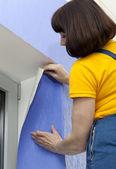 Woman doing repairs — ストック写真