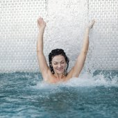 Woman relaxing in the water — Stockfoto