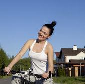 Mädchen auf fahrrad — Stockfoto