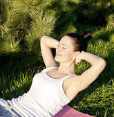 Woman goes in for sports in park — Stock Photo