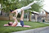 Man and woman performing acrobatics — 图库照片