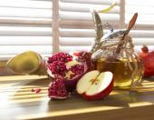 Honey jar with apples and pomegranate for Jewish New Year Holiday rosh hashanah — Stock Photo