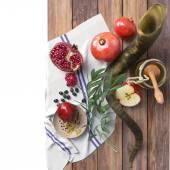 Honey jar with apples and pomegranate for Rosh Hashana religious holidayHoney jar with apples and pomegranate for Rosh Hashana religious holiday — Stock Photo