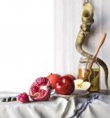 Honey jar with apples and pomegranate Rosh Hashana hebrew religious holiday — Stock Photo