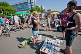People looking for second hand glasses and used items on the open air flea market — Stock Photo
