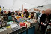 Many men and women choose books at the indoor book market — ストック写真
