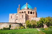 Green oasis with 14th century blue domed mausoleum — Stock Photo