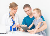 Young dad with daughter visiting female doctor. — Stockfoto
