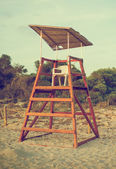 Empty lifeguard tower on the beach. — 图库照片