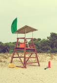 Empty lifeguard tower on the beach. Vintage effect. — Stock Photo