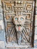 Oude stenen deur met masker op het. — Stockfoto