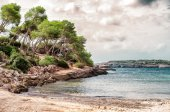 Beautiful wild tropical beach. Mediterranean sea landscape. — Stock Photo