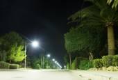 Autostrada z latarniami w nocy. — Zdjęcie stockowe