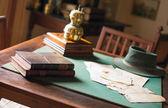 Παλιά βιβλία που βρίσκεται στο σκονισμένο τραπέζι. — Φωτογραφία Αρχείου